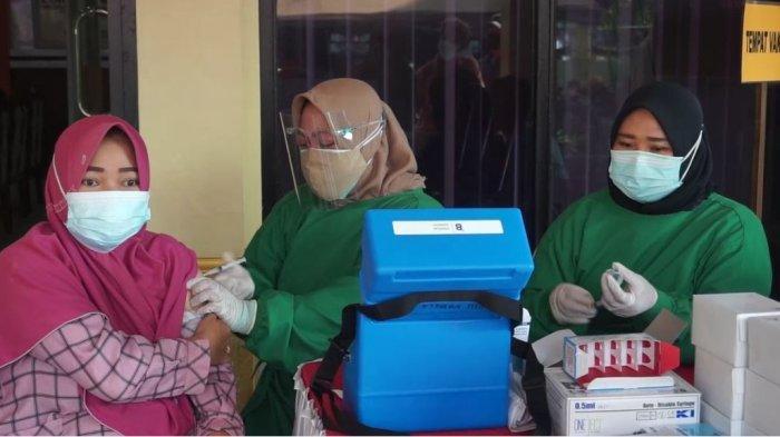 Petugas medis saat melaksanakan vaksinasi kepada warga dalam program vaksinasi Massal Merdeka Candi di bulan Agustus,  di halaman Mapolres Purbalingga, Rabu (18/8/2021).