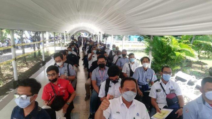 Salah seorang karyawan PT Semen Gresik melakukan registrasi vaksinasi dosis pertama di Sentra Vaksinasi BUMN Semarang. (Rabu, 14 April 2021)