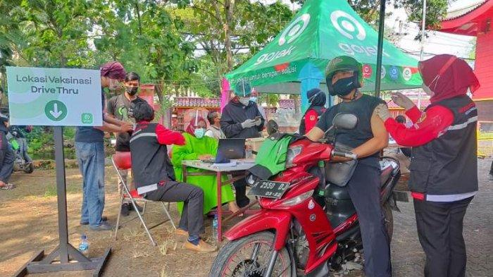 Seorang mitra driver Gojek mengikuti vaksinasi beberapa waktu lalu, di Kelenteng Sampookong Kota Semarang.
