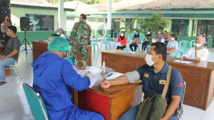 Pelaksanaan vaksinasi Nasional TNI-Polri di aula guyub rukun Makodim 0725/Sragen, Jumat (9/7/2021)