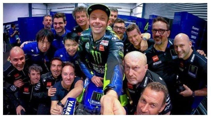 Valentino Rossi bersama para kru Yamaha