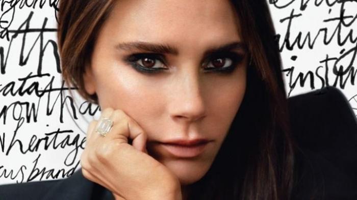 Victoria Beckham Disebut Mirip Boneka Annabelle saat Pamer Gaun Favorit