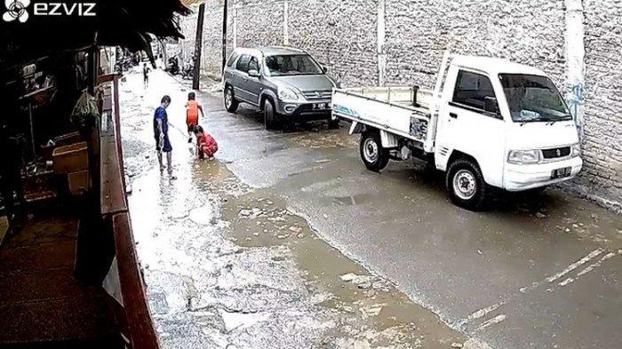 Fakta Baru Bocah Hujan-hujanan Terlindas Mobil CRV: Gara-gara Main HP, Sopir Jadi Tersangka