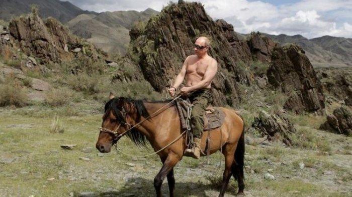 Vladimir Putin menunggang kuda saat liburan di Siberia Selatan pada Agustus 2009 silam.(GETTY IMAGES via BBC INDONESIA)