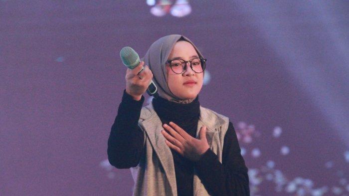 Vokalis Sabyan Gambus, Nissa Sabyan saat tampil dalam konser amal bertajuk 'Shalawat dan Charity concert - Satu Hati untuk Pesantren Indonesia pertama di Amerika', di Convention Hall Masjid Agung Jawa Tengah, Senin (20/8/2018) malam.