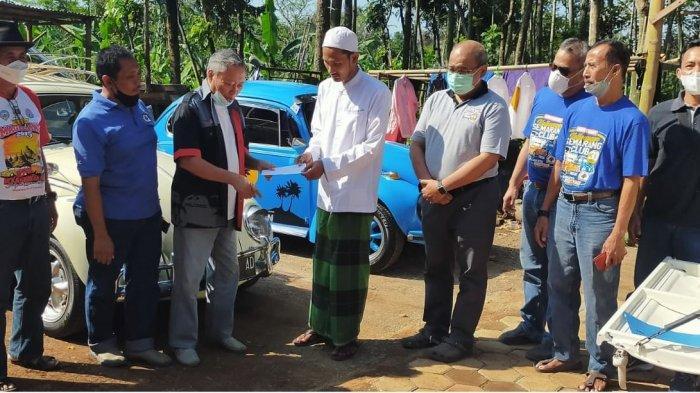 Pengurus VSC menyerahkan bantuan ke Ponpes Darul Huda, Mijen, Kota Semarang, Minggu (9/5/2021).