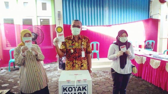 Wabup Demak Joko Sutanto Berikan Hak Pilihnya di TPS 03 Bogorame