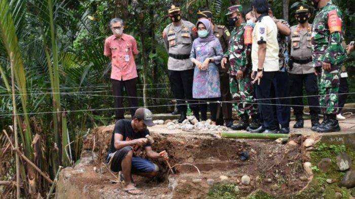 Wakil Bupati Pekalongan Arini Harimurti (tengah) saat meninjau lokasi TMMD di Desa Kebonrowo Pucang, Kecamatan Karangdadap, Kabupaten Pekalongan, Jawa Tengah.