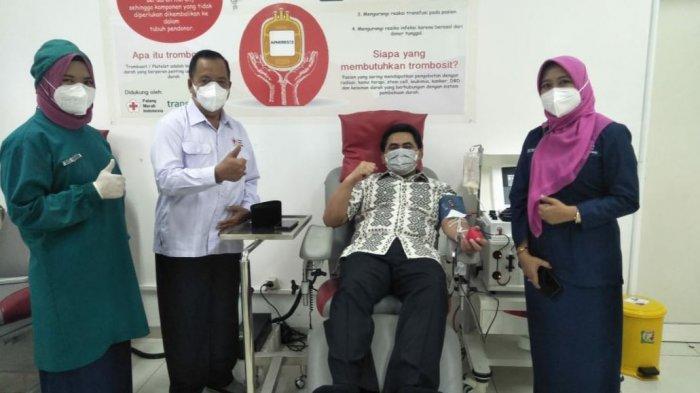 Wakil Gubernur Jateng Taj Yasin sekligus Ketua Dewan Kehormatan PMI Jateng melakukan donor plasma konvalesen di UDD PMI Kota Semarang, Selasa (13/7/2021).