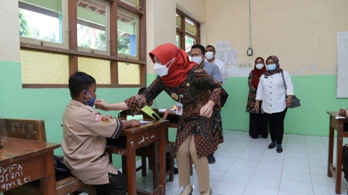 Wakil Bupati Kebumen Ristiawati Purwaningsih saat meninjau uji coba PTM pada salah satu SD beberapa waktu lalu.
