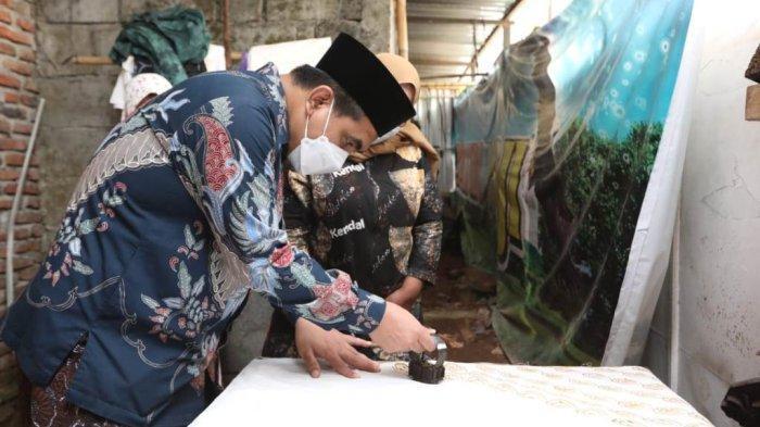 Wakil Gubernur Jawa Tengah, Taj Yasin Maimoen, saat melihat langsung produksi Batik di salah satu UKM Batik di Kecamatan Patebon, saat ada kunjungan kerja ke Kabupaten Kendal.