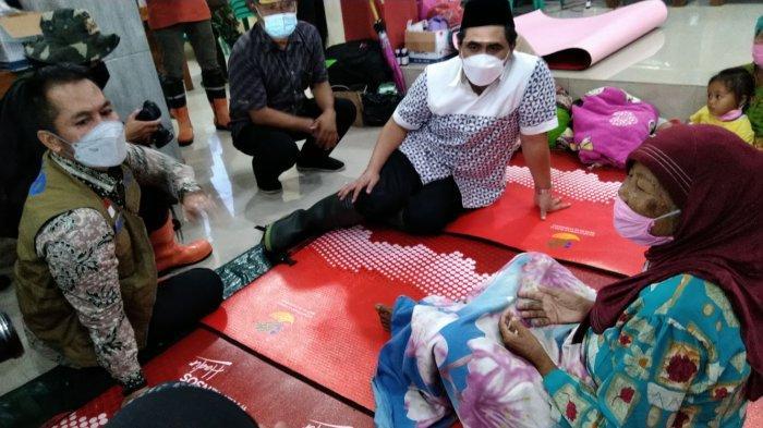 Wakil Gubernur Ja?wa Tengah, Taj Yasin bersama Plt Bupati Kudus, HM H?artopo meninjau banjir, di Desa Karangrowo, Kecamatan Undaan, Kabupaten Kudus, Rabu (10/2/2021)
