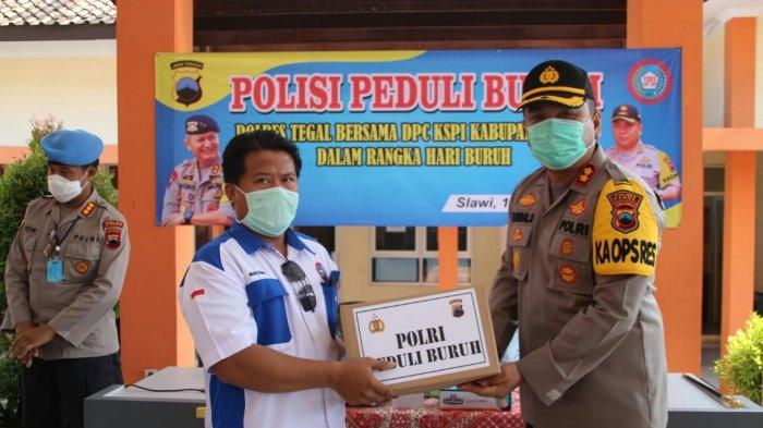 Peringati Hari Buruh, Wakapolda Jateng Bagikan Paket Sembako di Kabupaten Tegal