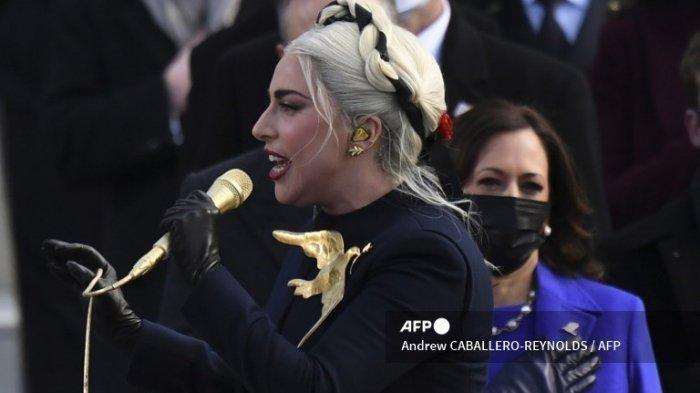 Wakil Presiden terpilih Kamala Harris mendengarkan saat penyanyi AS Lady Gaga menyanyikan Lagu Kebangsaan selama Pelantikan Presiden ke-59 pada 20 Januari 2021, di Capitol AS di Washington, DC.
