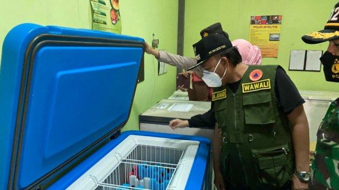 Wakil Wali Kota Tegal Muhamad Jumadi meninjau kedatangan vaksin sinovac di Kantor Dinas Kesehatan Kota Tegal, Minggu (24/1/2021).