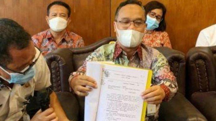 Wali Kota Magelang tunjukan dokumen serah terima aset eks Mako Akabri, Kamis (26/8/2021).