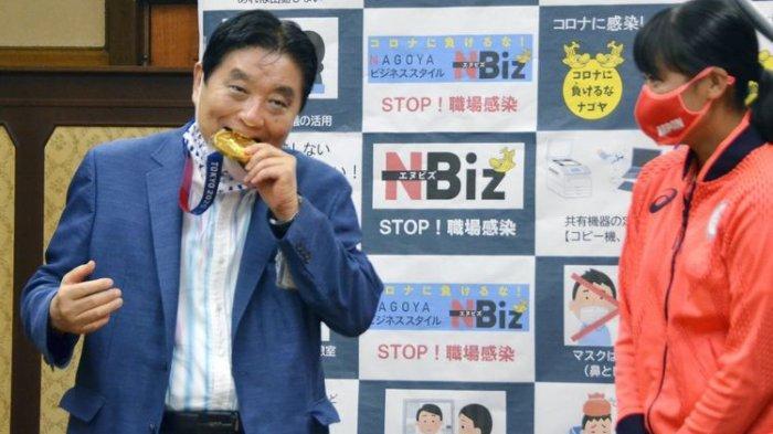 Atlet Olimpiade Jepang Ini Dapat Medali Emas Baru Setelah Medalinya Digigit Wali Kota