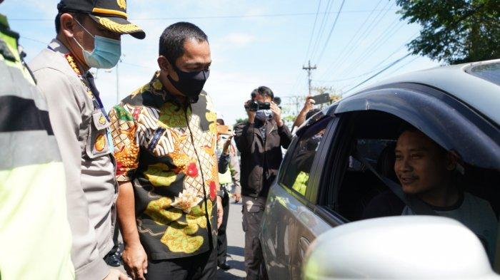Wali Kota Semarang, Hendrar Prihadi pun turun langsung melakukan pengecekan ke sejumlah posko pemantauan PKM di Mangkang