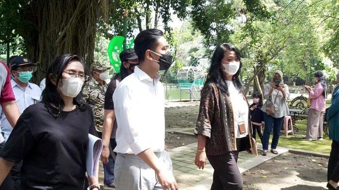 Wali Kota Solo Gibran Rakabuming Raka bersama Dirjen Cipta Karya Kementerian PUPR Diana Kusumastuti ketika meninjau Taman Balekambang, Jumat (26/3/2021).