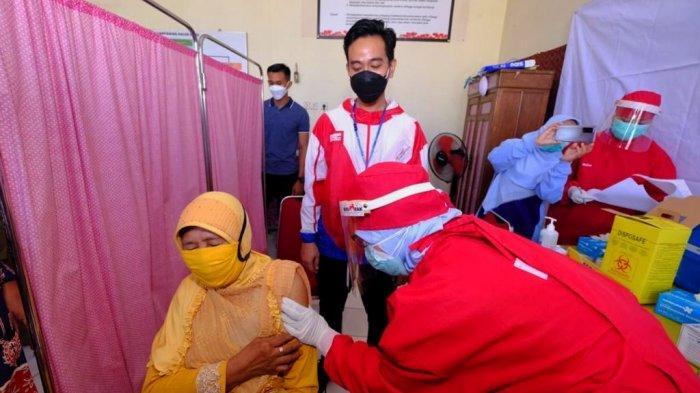Wali Kota Solo, Gibran Rakabuming Raka saat meninjau proses vaksinasi di Pasar Gede, Sabtu (27/2/2021).