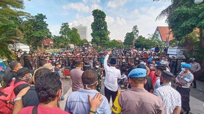 Warga Madura Demo di Balai Kota Surabaya: Bubarkan Pos Penyekatan Suramadu!