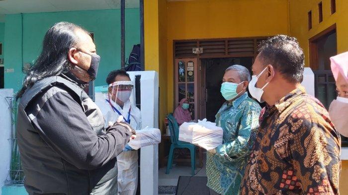Wali Kota Tegal Dedy Yon Supriyono (Baju hitam) secara langsung mengantarkan makanan jadi kepada masyarakat lansia yang sedang menjalani isolasi mandiri, Minggu (11/7/2021).