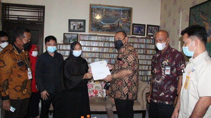 Wali Kota Tegal Serahkan Santunan Kematian Almarhum Suharjo