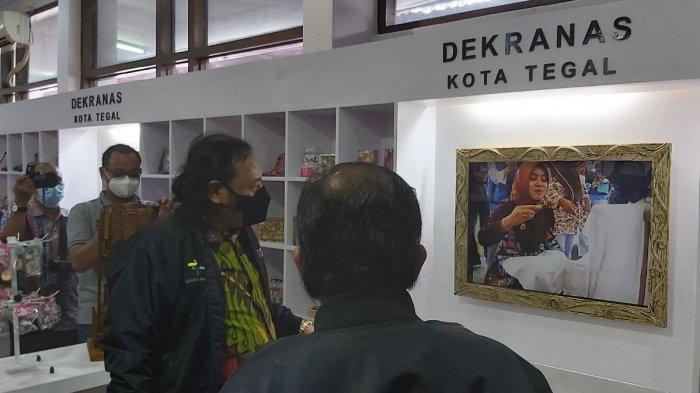 Wali Kota Tegal Dedy Yon Supriyono melihat produk kerajinan di UMKM Center Kota Tegal, Selasa (26/1/2021).