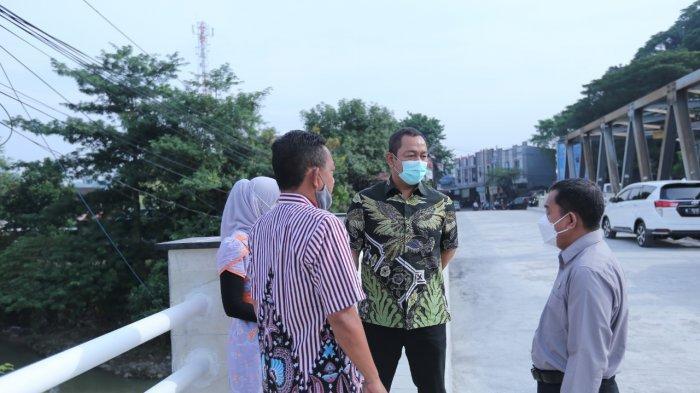 Walikota Semarang, Hendrar Prihadi meninjau pembangunan pelebaran jembatan sampangan.