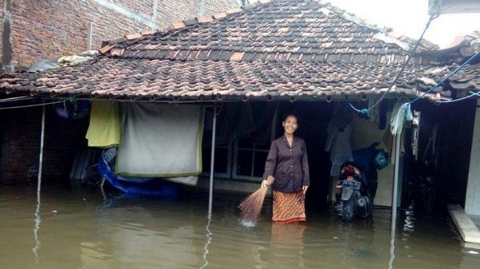 FOTO-FOTO Banjir Genangi Sayung Setinggi Satu Meter, Sunani Mengeluh Belum Dapat Bantuan