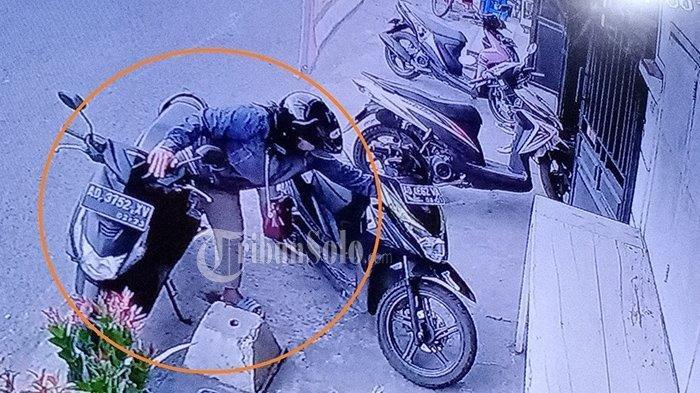 Wanita Pencuri HP di Solo Terekam CCTV, Pelat Nomor Motor AD 3752 XV