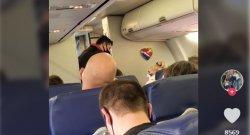 Pasangan Tanpa Masker Diturunkan Dari Pesawat, Pramugari Menari dan Penumpang Lain Bersorak Bahagia