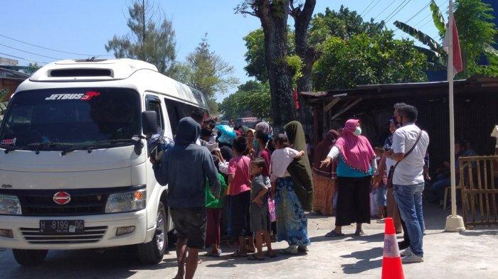 Jokowi Pulang Kampung Nyekar Ke Makam Ibunda Sujiatmi, Warga Berebut Sembako
