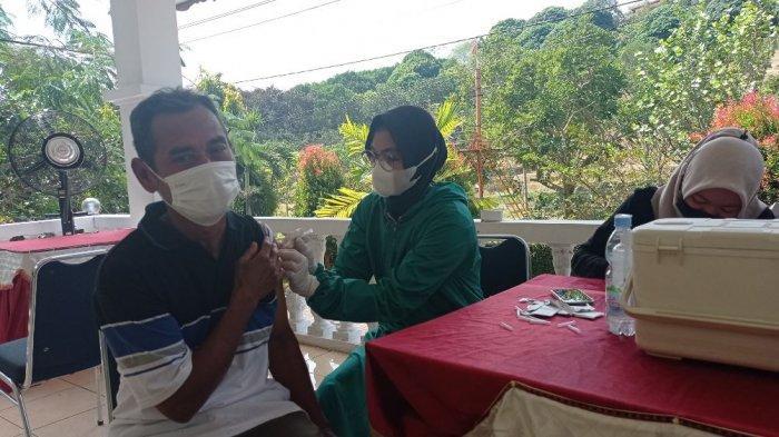 Sejumlah peserta sedang mengantre mendapatkan suntikan dosis kedua dalam vaksinasi di Kampoeng Kopi Banaran, Kecamatan Bawen, Kabupaten Semarang, Jumat (20/8/2021).