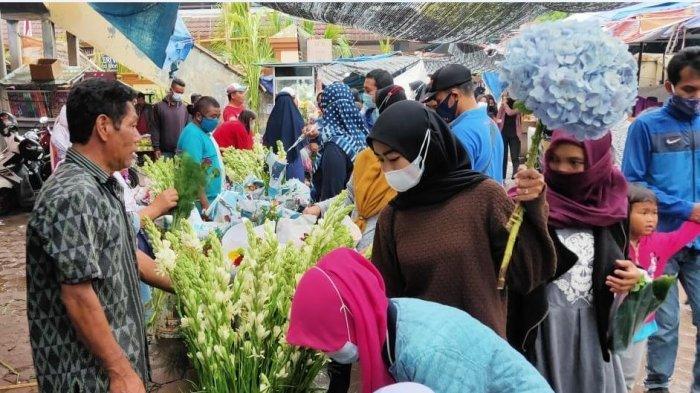 Ratusan Warga Berburu Kembang di Depan Pasar Weleri Jelang Lebaran