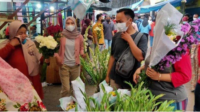Warga Kendal berburu kembang saat Pasar Kembang jelang Lebaran Idulfitri di depan Pasar Weleri, Rabu (12/5/2021).