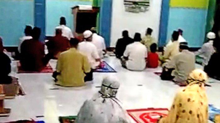 Warga berdo'a bersama di masjid wilayah terdekat operasional Pertamina Cilacap