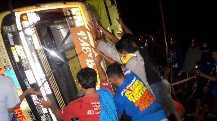 Truk Kecelakaan Terguling di Kejobong Purbalingga, 3 Ton Salak Tumpah ke Jalan Raya