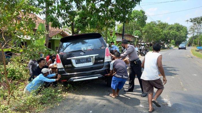 Diduga Sopir Mengantuk, Mobil Innova Terperosok ke Selokan di Kemangkon Purbalingga