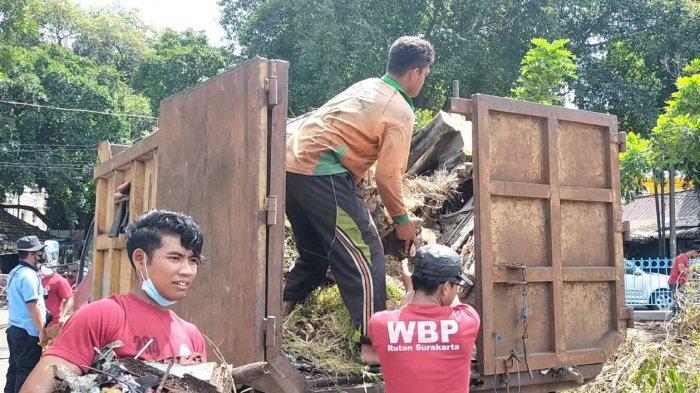 Belasan warga binaan beserta petugas Rutan Klas 1 Solo ketika bersih-bersih are di Alun-alun Utara Keraton Kasunanan Surakarta Hadiningrat, Rabu (31/3/2021).