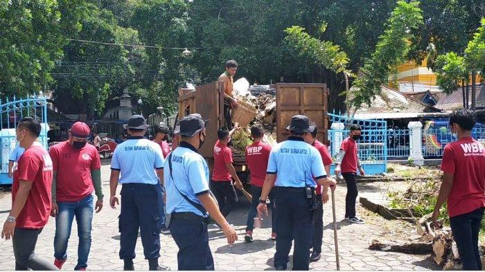 Belasan Warga Binaan Rutan Klas 1 Solo Ikut Bersihkan Alun-alun Utara Keraton Surakarta