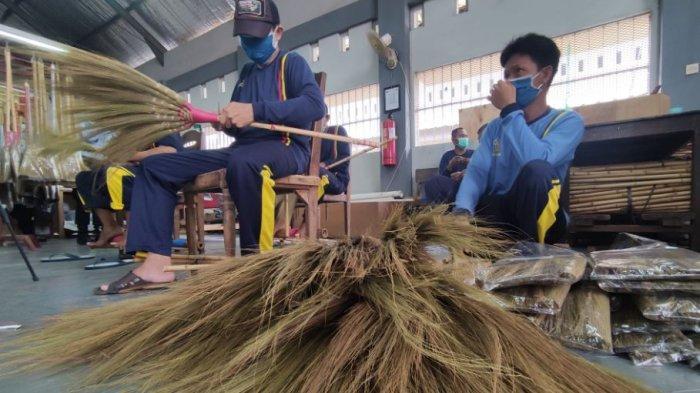 Mengintip Aktifitas Napi di Lapas Kelas II A Purwokerto, Buat Sapu Glagah hingga Ternak Lele
