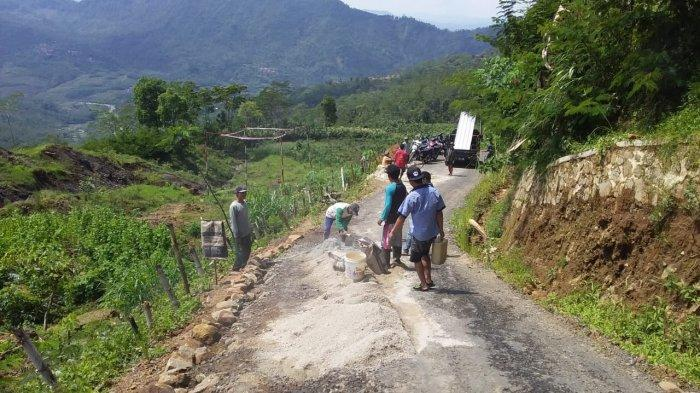 Jalan Retak Akibat Pergerakan Tanah, Warga Wanayasa Banjarnegara Gotong Royong Perbaiki