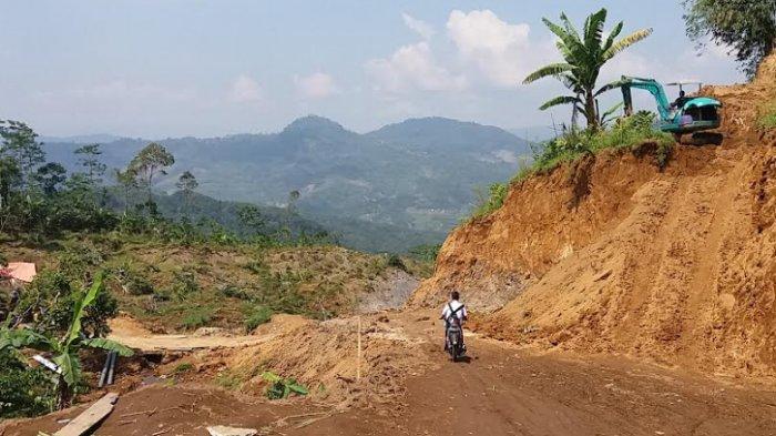 Berbulan-bulan Menderita Akhirnya Warga Suwidak Buka Jalan Baru di Bekas Longsoran