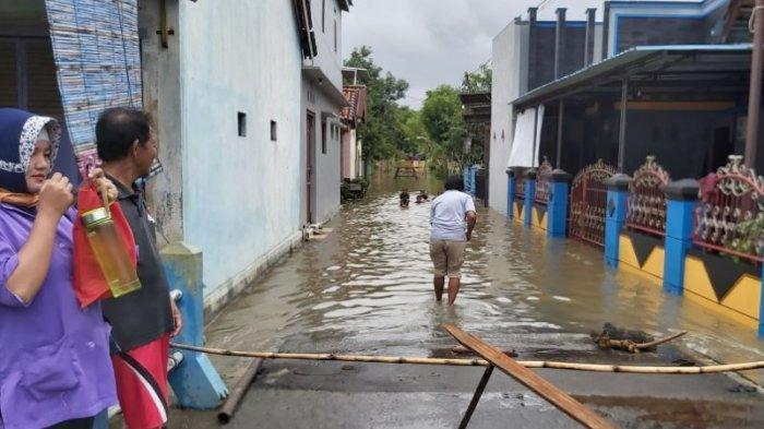 Warga menutup akses jalan menggunakan bambu yang akan masuk ke Dukuh Ringinpitu.