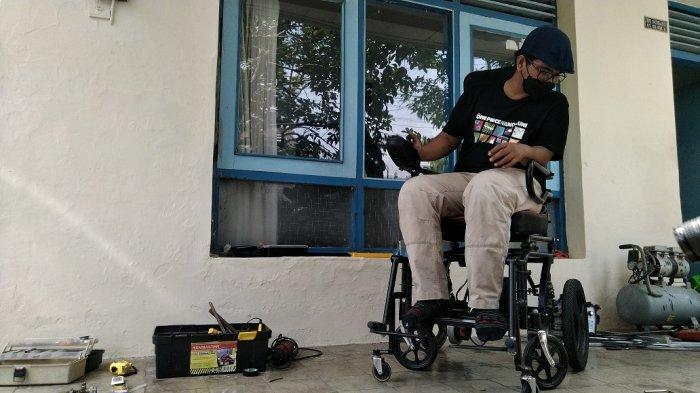 Fikri Hanif Wijaya (24) warga Ge?taspejaten, Kecamatan Jati, Kabupaten Kudus, tengah membuat kursi roda elektrik di kediamannya, Rabu (13/10/2021).