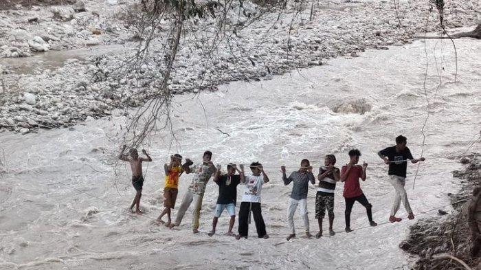Warga Malaka Meniti Kabel untuk Seberangi Sungai karena Jembatan Putus Diterjang Banjir Bandang