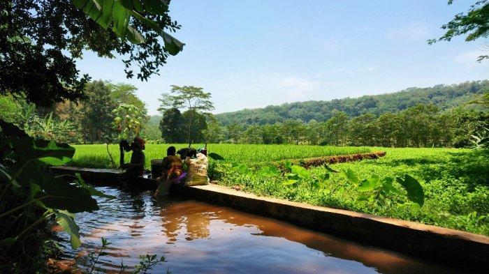 Warga memanfaatkan aliran Sungai Kupang, di wilayah Desa Brokoh Kecamatan Wonotunggal, Kabupaten Batang untuk mencuci baju, Senin (19/10/2020).
