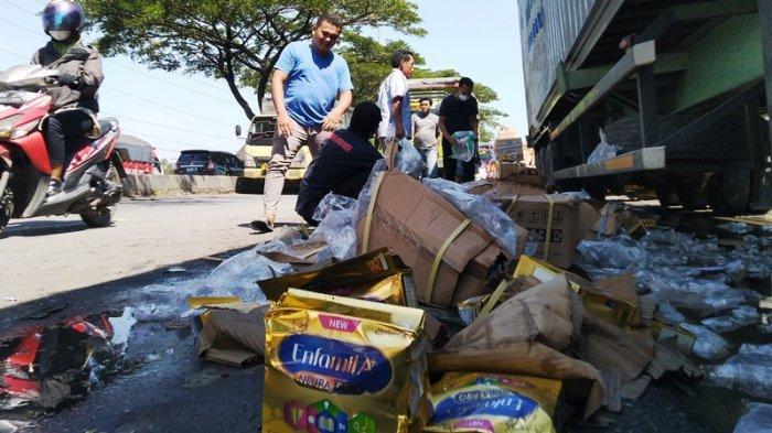 Kecelakaan di Arteri Kaliwungu Mobil Boks Hantam Kontainer, Sopir: Parkirnya Sembarangan Mepet Jalan