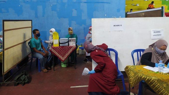 Warga mengikuti serbuan vaksin di GOR Raden Mas Said Karanganyar, Sabtu (17/7/2021).